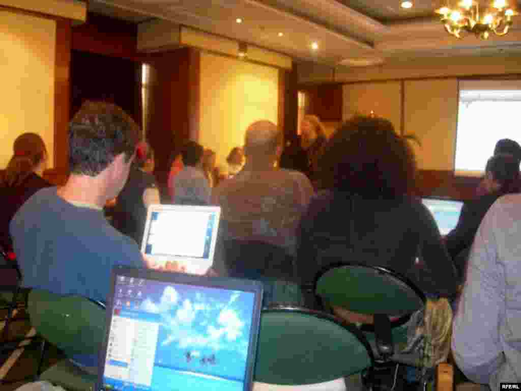 بحث اصلی کنفرانس در مورد جذب غیرانگلیسی زبانان به سایت صداهای جهانی بود