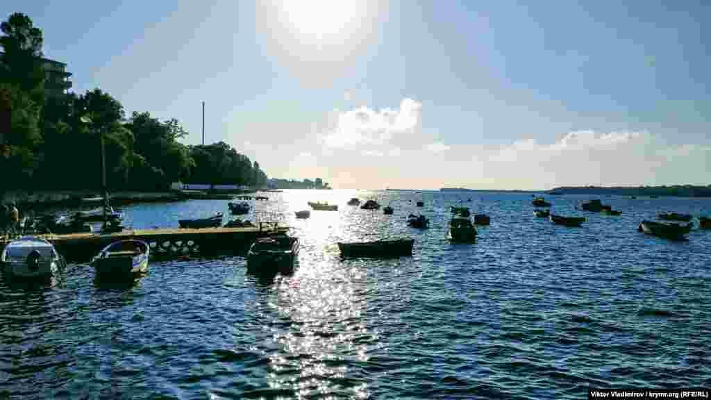 Аполлонова бухта считается одной из самых маленьких на южной стороне Севастополя. Она располагается на Корабельной стороне города в Нахимовском районе. Корреспондент Крым.Реалии побывал в Аполлоновой бухте и запечатлел один день из ее жизни на фото