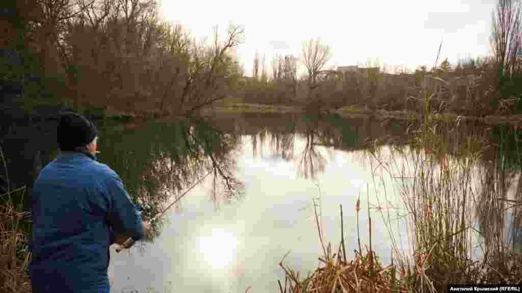 Местные рыбаки-любители жалуются, что рыбу в прудах браконьеры постоянно вылавливают сетями и электроудочками