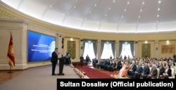 Президент Сооронбай Жээнбеков сыйлык тапшыруу учурунда.
