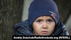 Жора, 4 роки. Живе поруч із лінією фронту в селищі Золоте-4. Потенційно після відведення військ може стати мешканцем «сірої зони» Photo: Andriy Dubchak / RadioSvoboda.Org (RFE/RL)