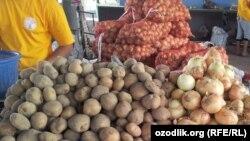 Картофель и лук на рынке «Чорсу» в Ташкенте.