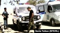 """Полицейские во время операции """"Правопорядок"""". Жанаозен, 1 августа 2012 года."""