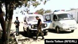 «Құқықтық тәртіп» шарасын атқарып жүрген полицейлер. Жаңаөзен, 1 тамыз 2012 жыл.