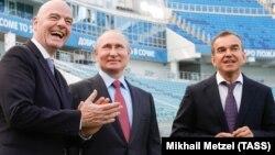 Ruski predsednik Vladimir Putin u društvu predsednika FIFA-e Đanija Infantinija (lijevo) i guverner regije Krasnodar Venjamin Kondratijev (desno)