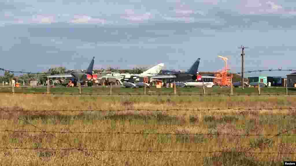 Що стосується аеродромів, то на військову базу, за даними Reuters, нещодавно був перетворений колишній цивільний аеродром «Бельбек» у Севастополі. Використовуються два інших колишніх військових аеродрому, які були закинуті після розвалу СРСР. Один із них розташований у Новофедорівці недалеко від Севастополя і Євпаторії