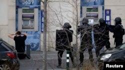 Спецназ полиции Франции RAID работает в городе Коломб в пригороде Парижа, 16 января 2015 года.