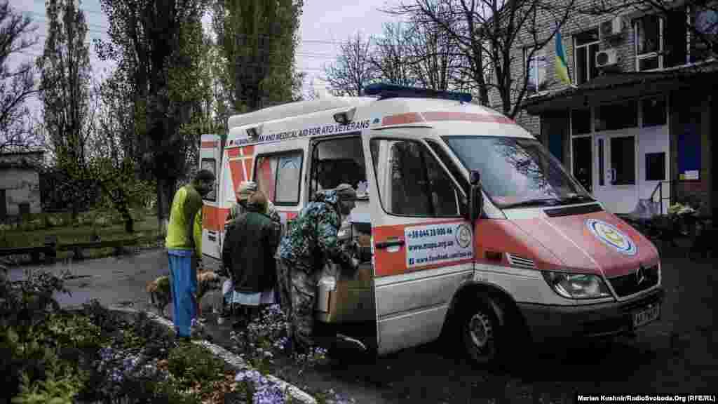 Новоайдар. Ежедневно в Донбасс отправляется несколько десятков волонтерских групп, которые доставляют помощь бойцам украинской армии и местным жителям. Группа волонтеров на фото доставляет медицинское оборудование и медикаменты в военные госпитали, стабилизационные пункты и гражданские больницы.