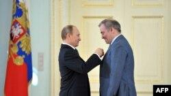 Уладзімер Пуцін уручае Валерыю Гергіеву мэдал Героя працы 1 траня 2013 году