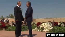 Владимир Путин и Шавкат Мирзияев на могиле Ислама Каримова в Самарканде.