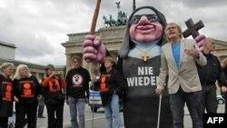 Жертвы сексуального насилия со стороны священников проводят акцию протеста у Бранденбургских ворот в Белине.