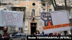 Противостояние между жителями Тбилиси и властями из-за площади Гудиашвили началось еще восемь лет назад: общественность систематически собиралась на акции протеста