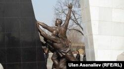 Монумент, посвященный событиям 7 апреля в Бишкеке.