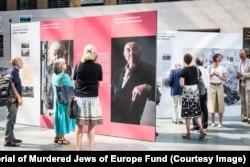 Виставка, присвячена проекту «Захистимо пам'ять», організована Фондом «Меморіал вбитим євреям Європи». Берлін, серпень 2019 року