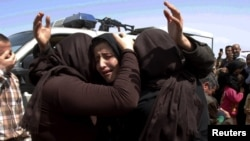 Members of the minority Yazidi sect who were released by IS militants hug each other on the outskirts of Kirkuk on April 8.