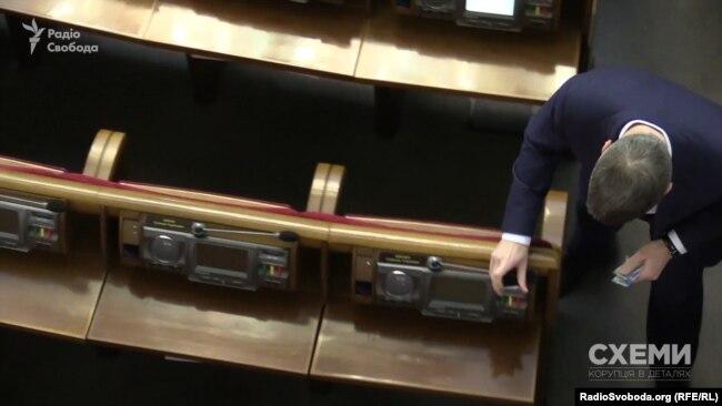 Народний депутат Артем Ільюк розкладає картки депутатської групи «Партії «Відродження»