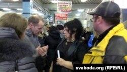 Ірына Яскевіч (у цэнтры) гутарыць з прадпрымальнікамі