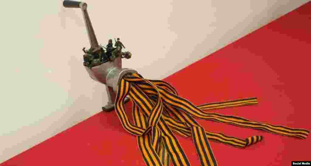 """Мәскәүдә """"Без җиңдек"""" исемле альтернатив күргәзмә экспонаты җитәкчелекнең сугышта дошманны дистәләрчә миллион кеше җаннары белән күмүенә һәм хәзерге вазгыятькә ишарәли. Былтыр оештырылган әлеге күргәзмәдәге әйберләрне полиция рейд оештырып алып китте."""