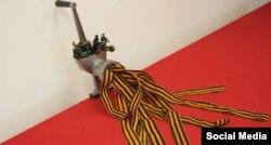 Із виставки «Ми перемогли» альтернативних художників-акціоністів, до якої навідалися працівники ФСБ Росії