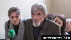 Юрій Дмітрієв під час суду у російському Петрозаводську. Квітень 2018 року