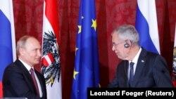 Орус президенти Владимир Путин менен Австриянын президенти Александр Ван Беллен