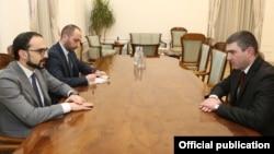 Армения -- Вице-премьер Армении Тигран Авинян (слева) и государственный министр Нагорного Карабаха Григорий Мартиросян, 19 февраля 2019 г.