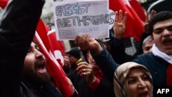 Акция протеста у консульства Нидерландов в Стамбуле. 12 марта 2017 года.