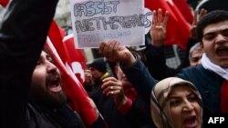 Стамбулдагы Нидерланддардын консулдугунун алдына нааразылык акциясына чыккандар.