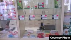 Витрина аптеки в Луганске