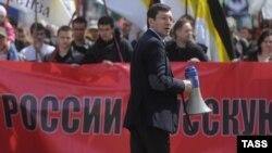 """Александр Белов-Поткин """"Орыс маршында"""" сөйлеп тұр. Мәскеу, 1 амыр 2013 жыл."""