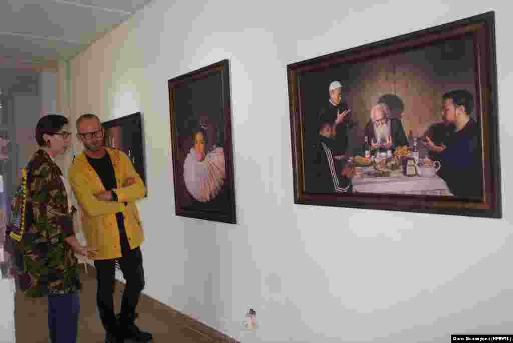 К вечеру второго дня желающие могли посетить бесплатную выставку под названием Let's play в закрытой на ремонт секции одного из столичных баров. РаботыАнвара Мусрепова, фотографа, художника и видеографа, вызывали смешанные чувства у зрителей.