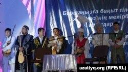 Алматыда өткен ақындар айтысына қатысқан ақындар сайыс басталар алдында. Балуан шолақ сарайы,11 ақпан, 2012 жыл.