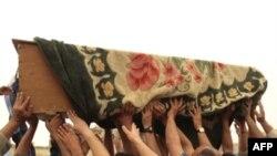 Ҳуқуқ фаолларига кўра¸ расмийлар таҳдид-таҳликасидан қўрққан қурбонларнинг яқинлари¸ уларнинг қандай ўлгани оид кўрган-билганлари ҳақида мум тишлашга мажбурлар.