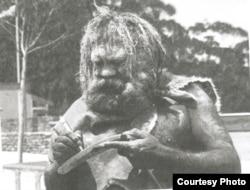 Абориген-художник дарит Солу Шульману разрисованный им бумеранг