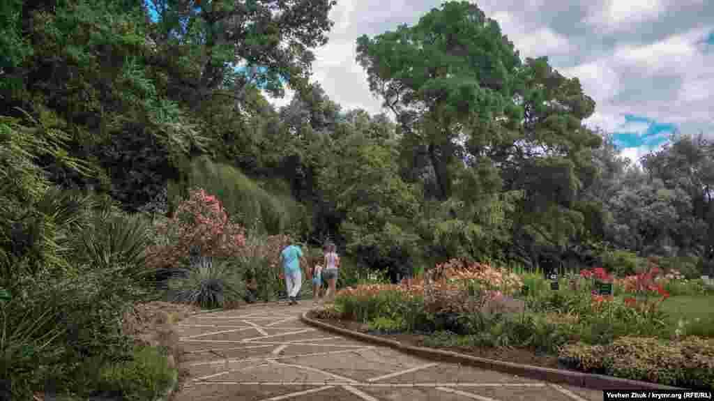 По Никитскому саду можно гулять бесконечно долго