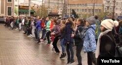 Спортивний флешмоб у Донецьку Скрін відео YouTube-каналу так званого Міністерства інформації угруповання «ДНР»