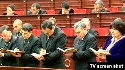 Türkmenistanyň hökümet maslahatyna gatnaşýan döwlet resmileri.