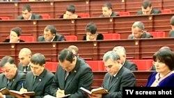 Mejlisiň başlygy Akja Nurberdiýewa (sagda) we beýleki deputatlar prezidentiň geçiren duşuşygynda, Aşgabat, 2011-nji ýylyň 20-nji ýanwary.