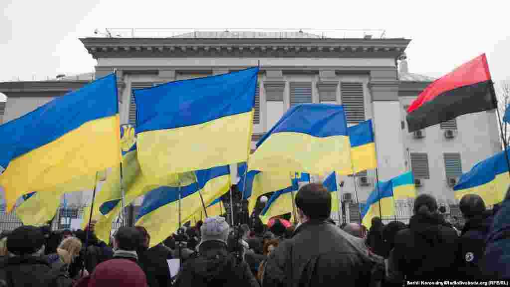 У вівторок, 8 березня, мітингувальники вручили працівникам посольствапетицію із вимогою звільнити українську льотчицю