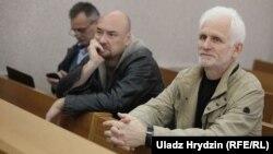 Праваабаронцы «Вясны» Валянцін Стэфановіч і Алесь Бяляцкі (справа) на разглядзе справы палітвязьня Зьмітра Паліенкі. Архіўнае фота.