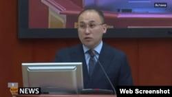 На кадре из видео — министр информации и коммуникаций Казахстана Даурен Абаев.