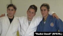 Шоҳида Қаландарова (аз чап), Шукрона Қарчиева(байн) ва Мавлуда Саъдуллоева (аз рост)