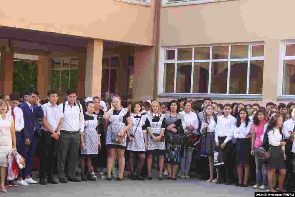 Астана қаласындағы №7 мектеп-гимназиядағы алғашқы қоңырау шарасына жиылған оқушылар.