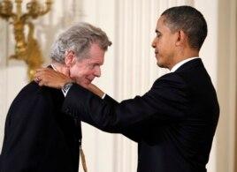 La acordarea Medaliei Naționale de Artă de către președintele Obama, în 2010