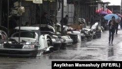 Торговля автозапчастями на базаре в Алматы.