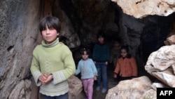 Ռմբակոծության ժամանակ իրենց տներից տարհանված եւ քարանձավում պատսպարված սիրիացի երեխաներ, հունվար, 2013թ.