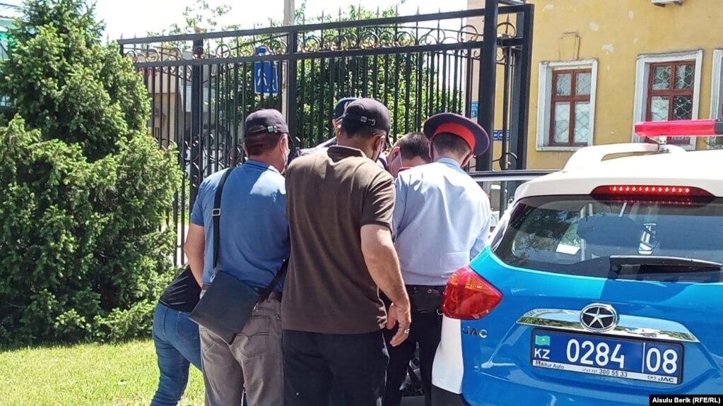 Полиция у здания Жамбылского областного суда задерживает прибывших на процесс по делу местного активиста Абая Жундибаева. Тараз, 11 мая 2020 года.