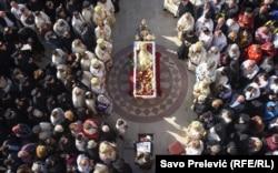 Credincioși strânși la o biserică din Podgorița pentru a ceremonia funerală a Mitropolitului Anfilohie, liderul Bisericii Ortodoxe Sârbe din Muntenegru, pe 1 noiembrie. Anfilohie a murit la 82 de ani după ce s-a infecat cu coronavirus. (Savo Prelevic, RFE/RL)