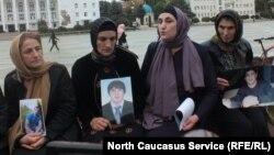 Матери похищенных на главной площади Махачкалы