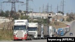 Вантажівки на вулиці Індустріальне шосе в Керчі, 27 вересня 2017 року